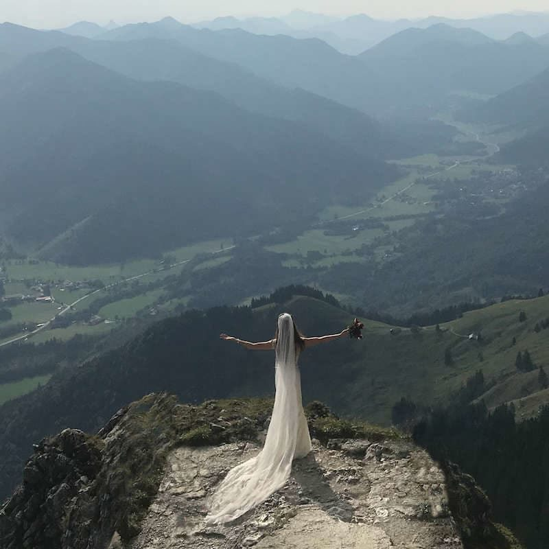 Wandering Wedding Dress Bavaria Hero Image Rt Header Circle